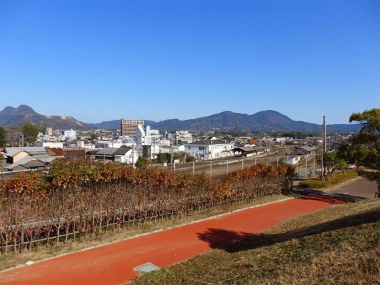 田川市から香春岳と大阪山をのぞむ